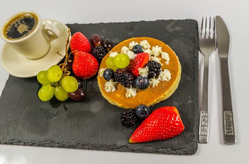 A grande panqueca com chantiliy e fruto fresco, strawberri foto de stock