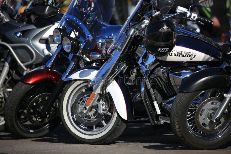 GRANDE PAPÀ della motocicletta su ordinazione tra altre motociclette un giorno soleggiato fotografie stock libere da diritti