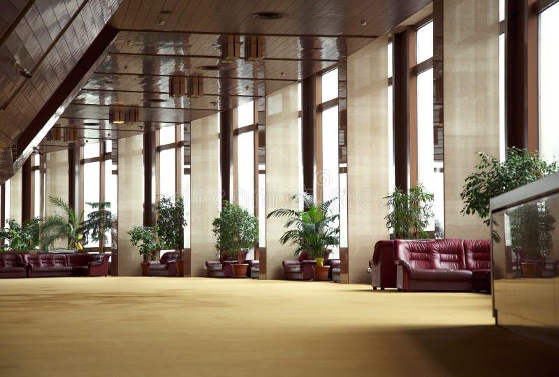 Grande parede da arquitetura das luzes das janelas do salão imagens de stock royalty free