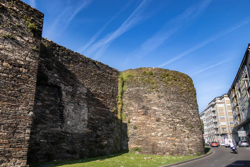Grande parede de pedra medieval que cerca a cidade ao lado da estrada Cidade galega de Lugo, Espanha imagens de stock royalty free