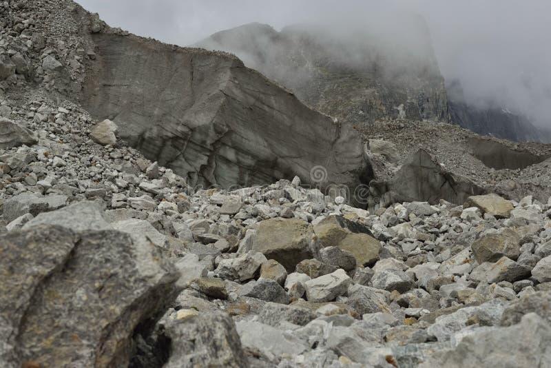 Grande partie de glacier de Khumbu avec des couches faites par la glace, roches, boue, petite végétation nepal image stock