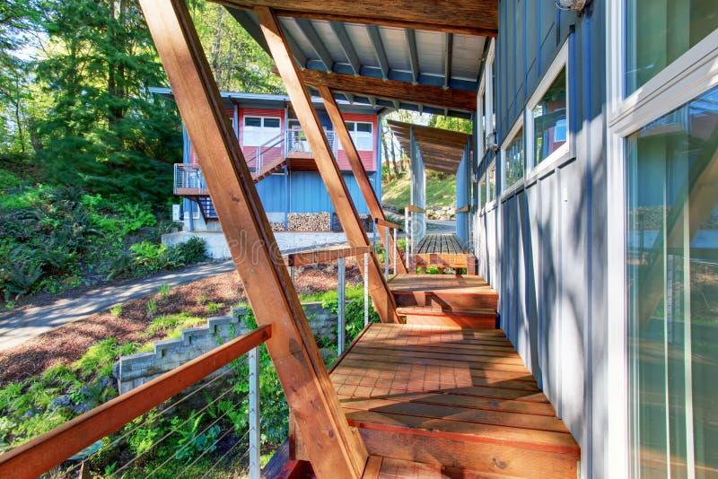 Grande patamar coberto e sem mobília da casa luxuosa com vista do lago fotografia de stock