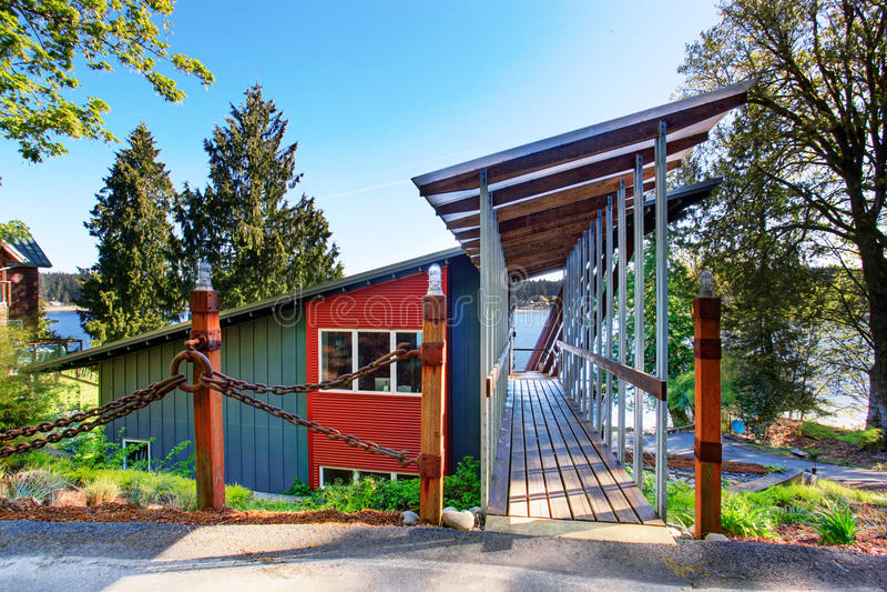 Grande patamar coberto e sem mobília da casa luxuosa com vista do lago fotos de stock royalty free