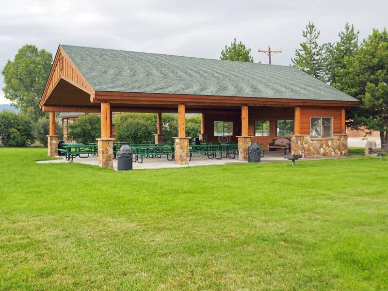 Grande pavilhão da madeira e da pedra em um parque imagens de stock