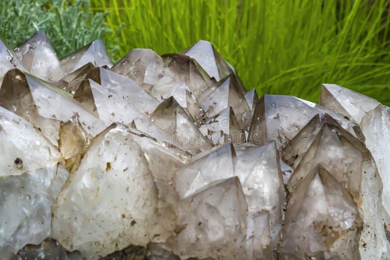 Grande pedaço de quartzo fumado com lindos cristais fotos de stock royalty free