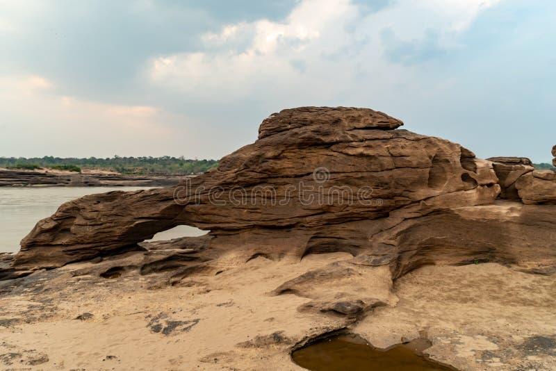 Grande pedra ao lado do rio fotografia de stock