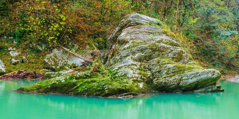 Grande pedregulho no rio de Khosta no dia do outono fotografia de stock royalty free