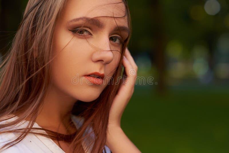 Grande perte Femme triste avec émotion négative photos stock