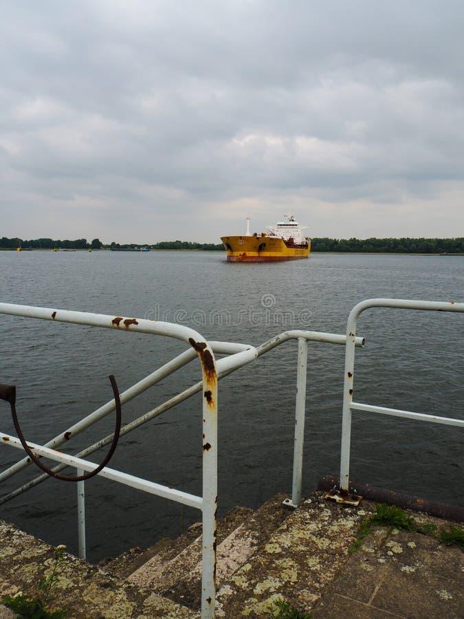 Grande petroleiro do pacote dos petroleiros de Stolt que chamam o porto de Antuérpia imagens de stock