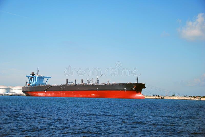 Grande petroleiro preto na ancoragem de Singapore. imagens de stock