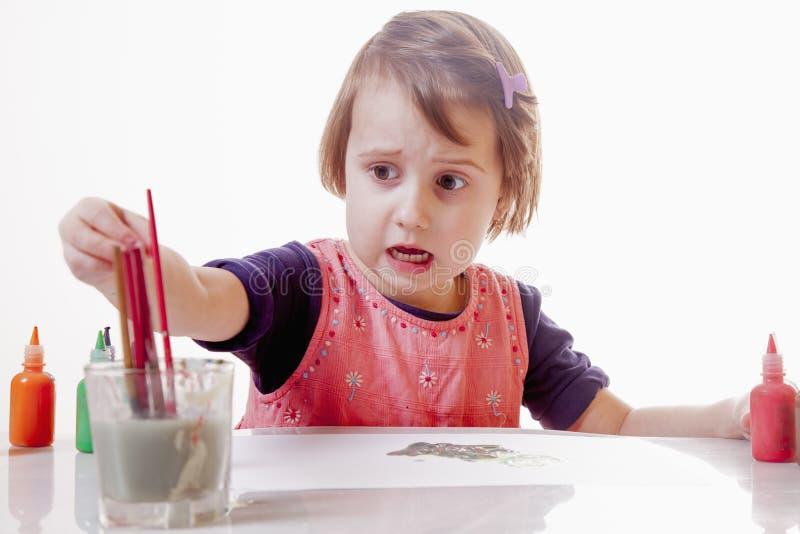 Grande photo de Humorous d'artiste de la peinture mignonne de fille de petit enfant images stock