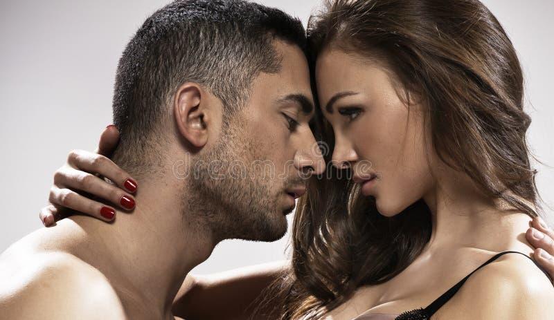 Grande photo des couples affectueux de mariage images stock