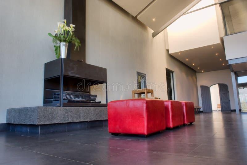 Grande pièce de lobby avec la cheminée et le sofa photographie stock libre de droits
