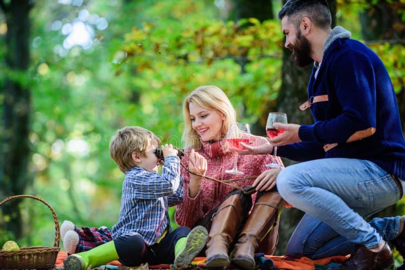 Grande piacere Madre, amore paterno il loro bambino del ragazzino Il figlio felice con i genitori si rilassa in tempo di caduta d fotografie stock