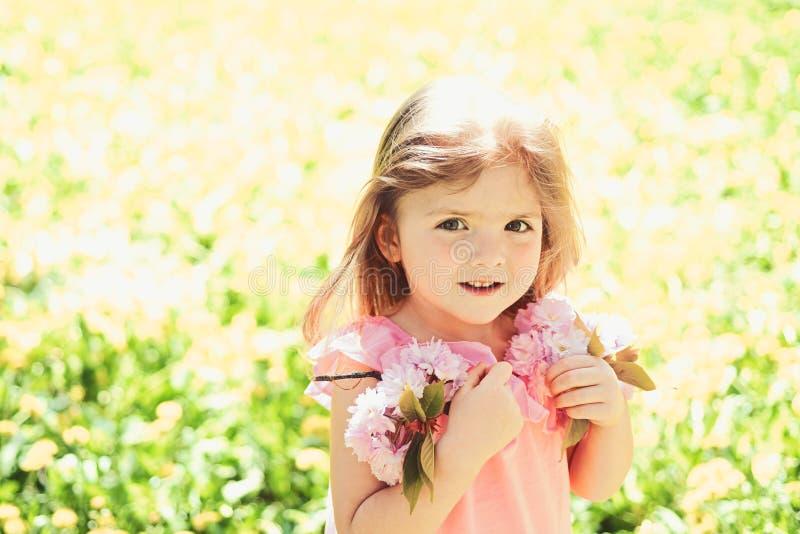 Grande piacere Modo della ragazza di estate Infanzia felice primavera fronte e skincare di previsioni del tempo allergia a immagini stock