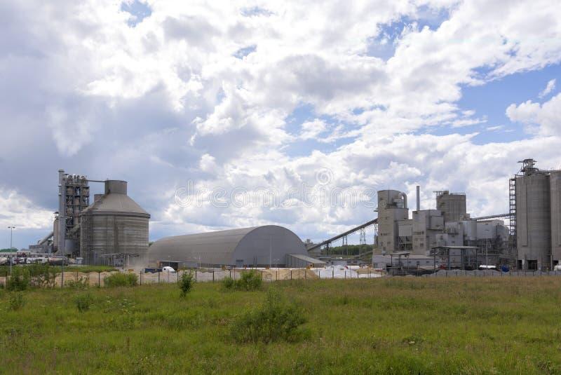 Grande pianta del cemento Produzione delle miscele della costruzione fotografia stock libera da diritti