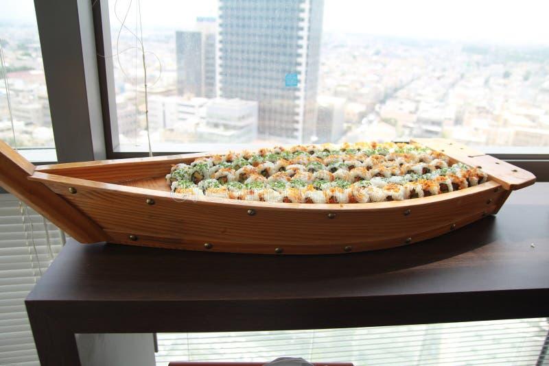 Grande piatto di legno dei sushi Preparazione del piatto giapponese grande dei sushi fotografie stock