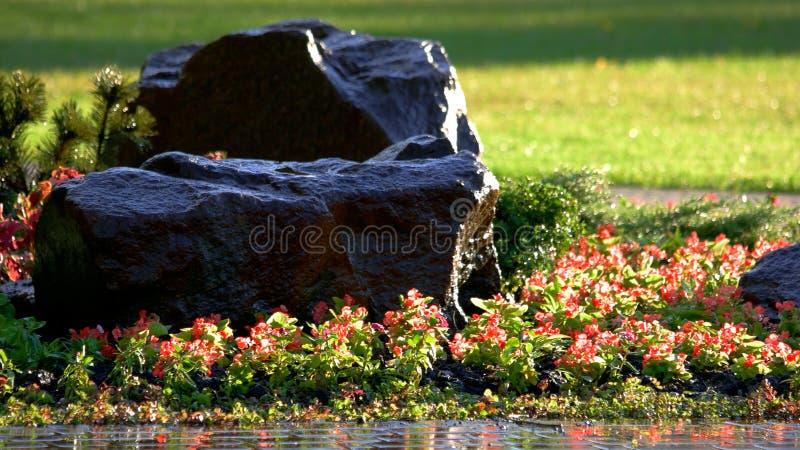 Grande pierre d?corative en parc de ville photos libres de droits