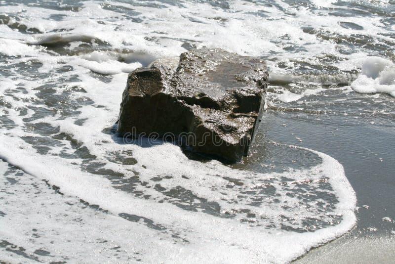 Grande pierre en mer photographie stock libre de droits