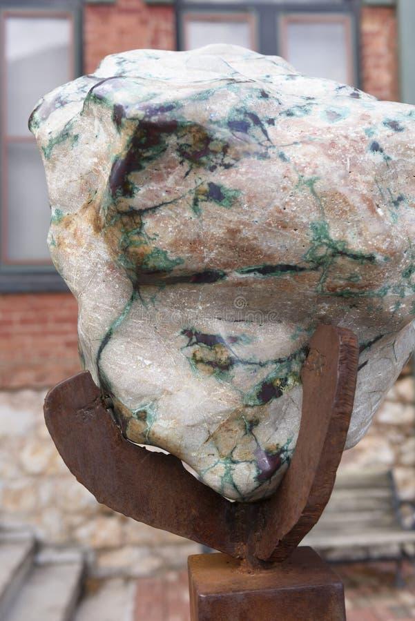Grande pierre multicolore avec des veines de minerai de cuivre photographie stock libre de droits