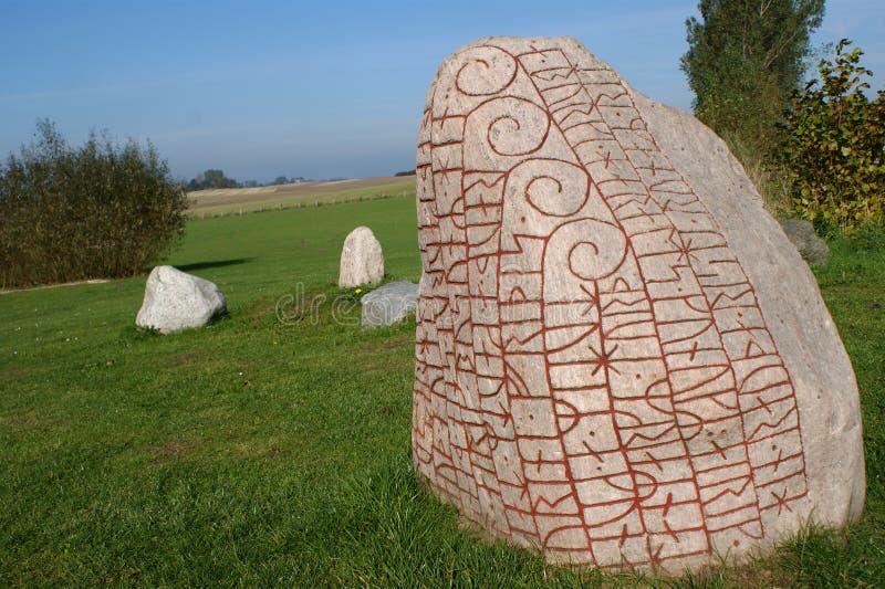 Grande pietra con le rune immagine stock