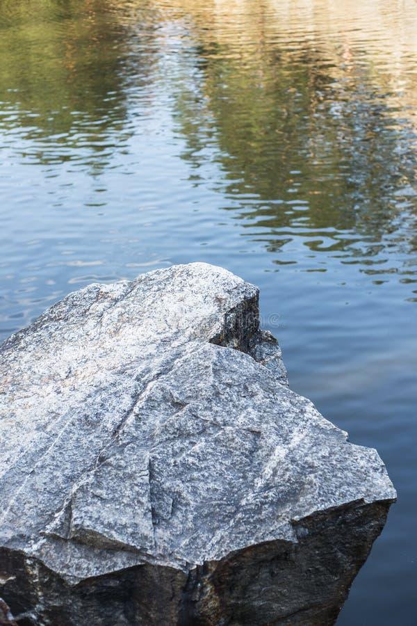 Grande pietra sopra l'acqua fotografia stock libera da diritti