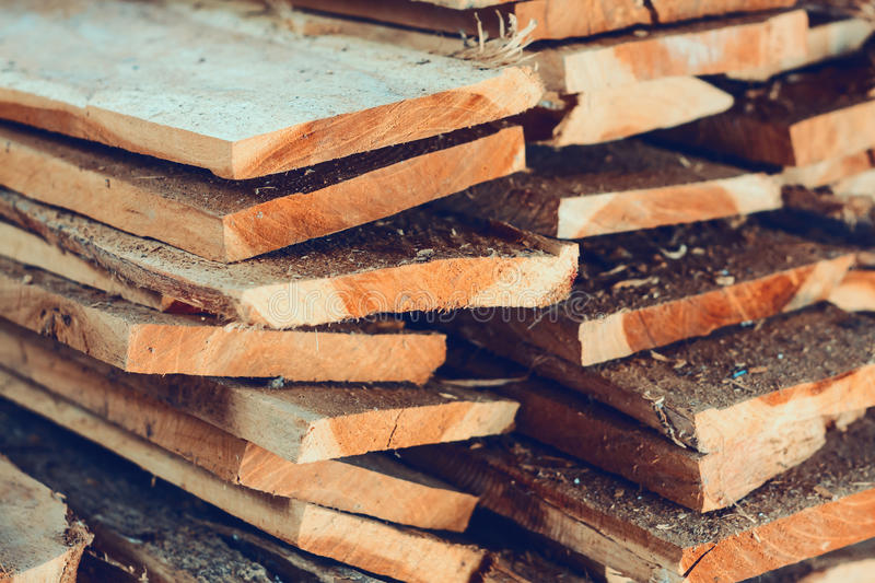 Grande pila di plance di legno immagine stock libera da diritti