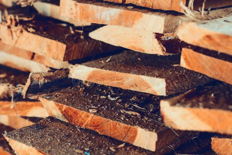 Grande pila di plance di legno immagini stock