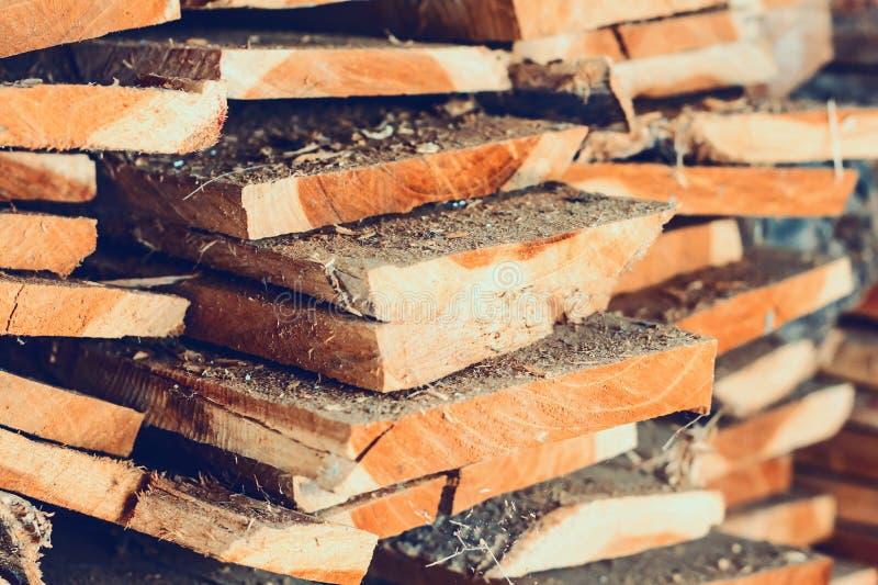 Grande pila di plance di legno immagini stock libere da diritti