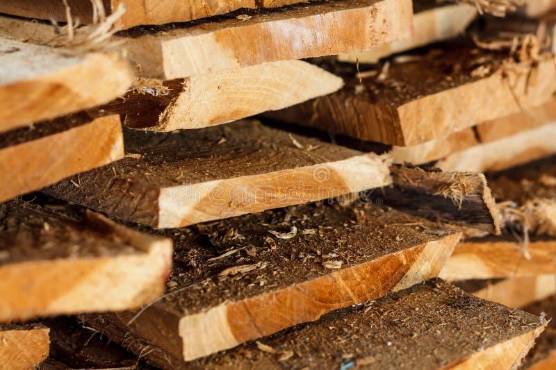 Grande pila di plance di legno immagine stock