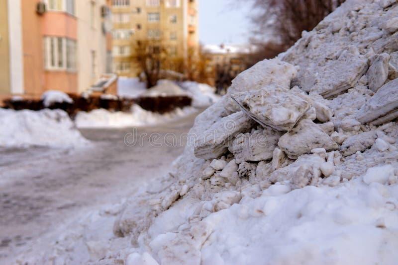Grande pile de neige dans la cour photos stock