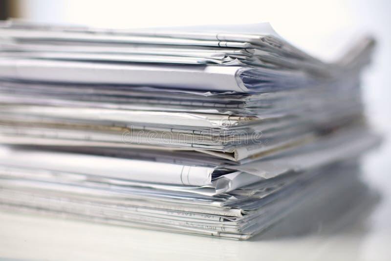Grande pile de papiers, documents sur le bureau photos stock