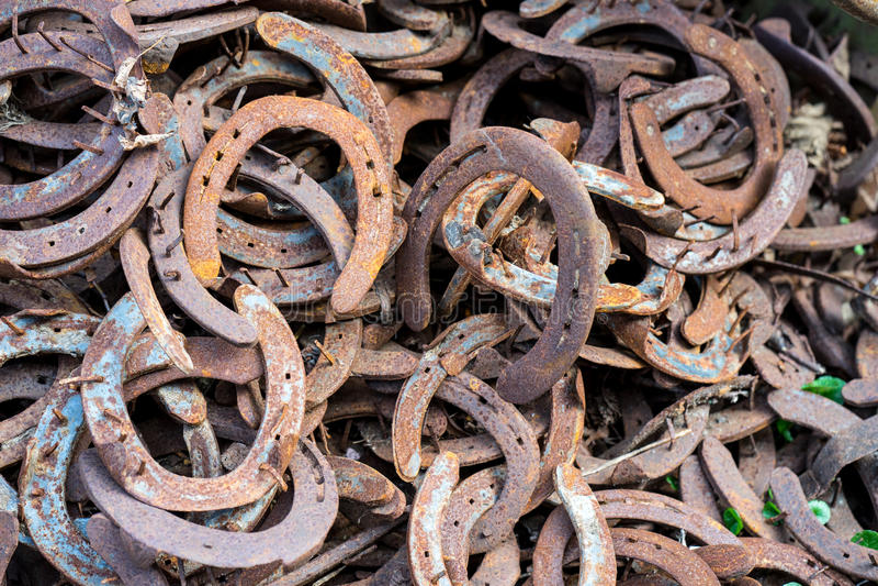Grande pile des fers à cheval utilisés rouillés photos libres de droits