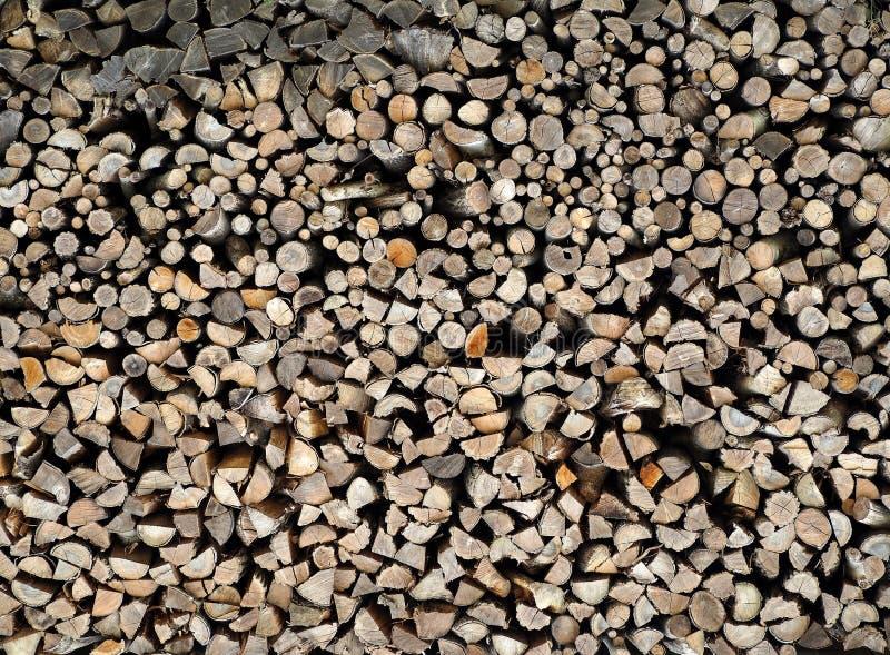 Grande pilha de troncos e de ramos desbastados Fundo e textura da lenha foto de stock royalty free