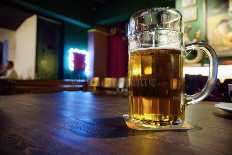 Grande pinte de bière sur la fin en bois de table vers le haut de la vue images stock