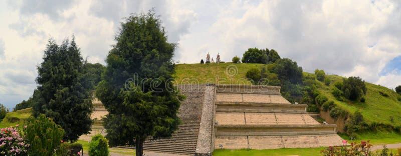 Grande pirâmide acima de Cholula com igreja imagem de stock royalty free
