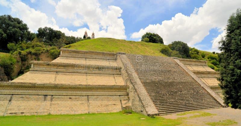 Grande pirâmide acima de Cholula com igreja foto de stock royalty free