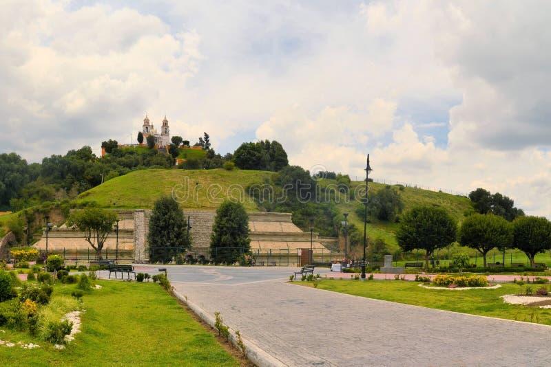 Grande pirâmide acima de Cholula com igreja fotos de stock