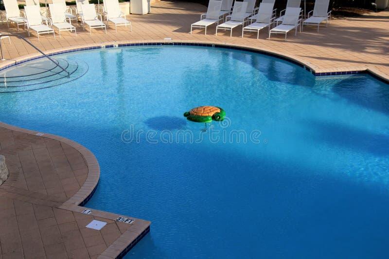 Grande piscine garnie des chaises longues en soleil de début de la matinée, station de vacances de club de plage, rivages de Golf images stock