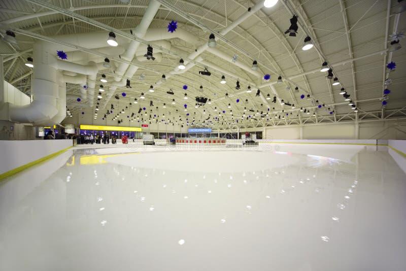 Grande pista di pattinaggio di ghiaccio dell'interno chiara immagine stock libera da diritti