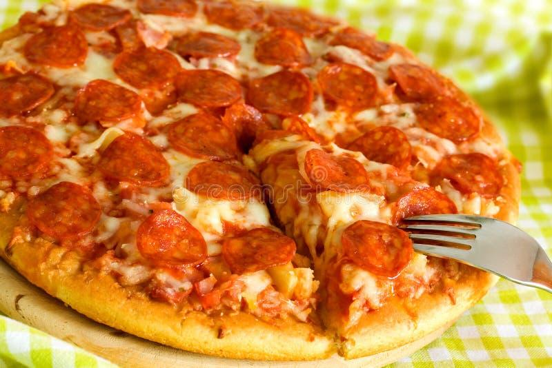 Grande pizza Supreme dans le carter photographie stock libre de droits
