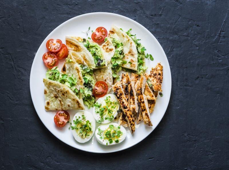 Grande placa dos tapas - grelhada, galinha, quesadilla do queijo creme do abacate, ovos cozidos, vegetais - petisco saboroso em u imagem de stock