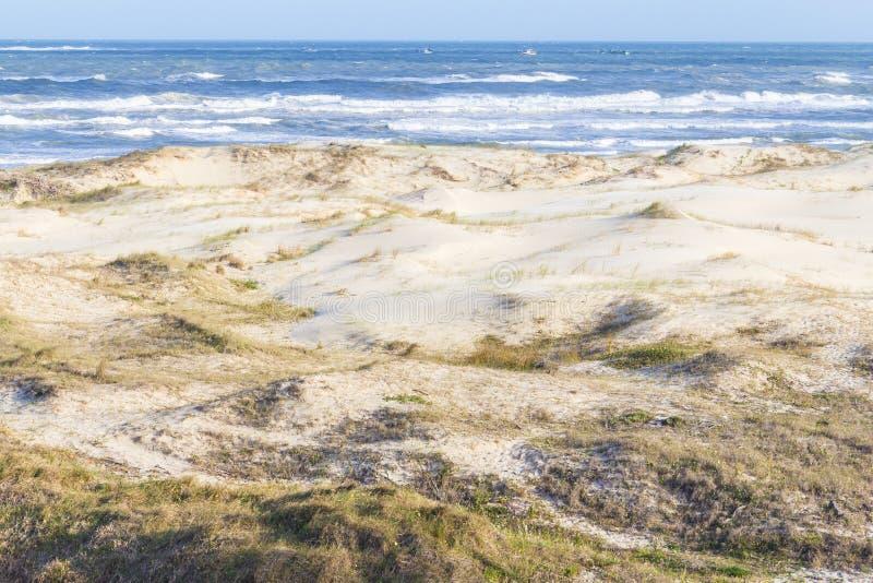 Grande plage de Praia avec la végétation au-dessus des dunes à la plage de Torres photos libres de droits