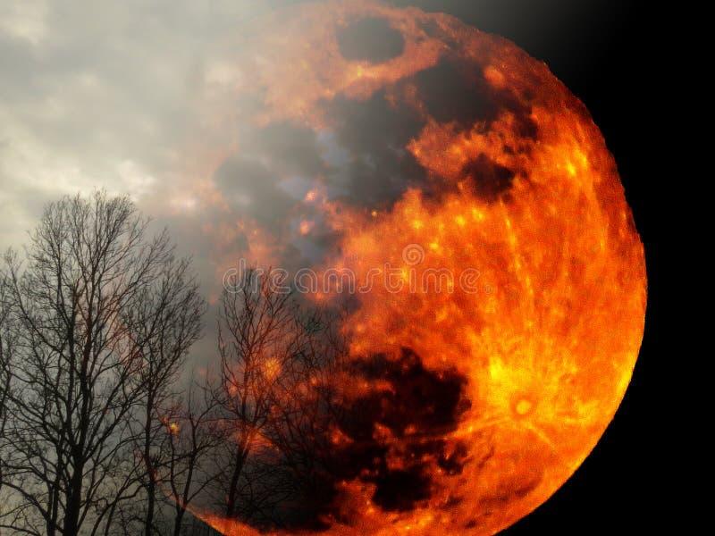 Grande planeta amarelo-vivo a arder no céu negro nublado a aparecer atrás dos silhuetas florestais Lua cheia chegando à Terra imagens de stock royalty free