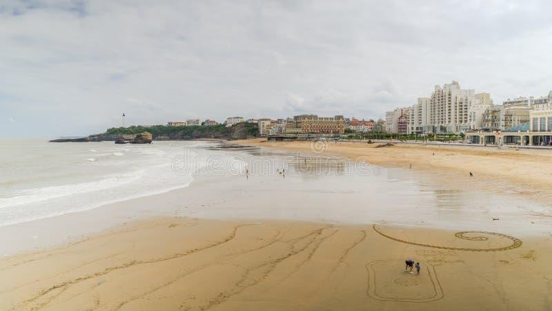 Grande playa y roca del Plage en el primero plano, Biarritz, Aquitania, Francia imagen de archivo