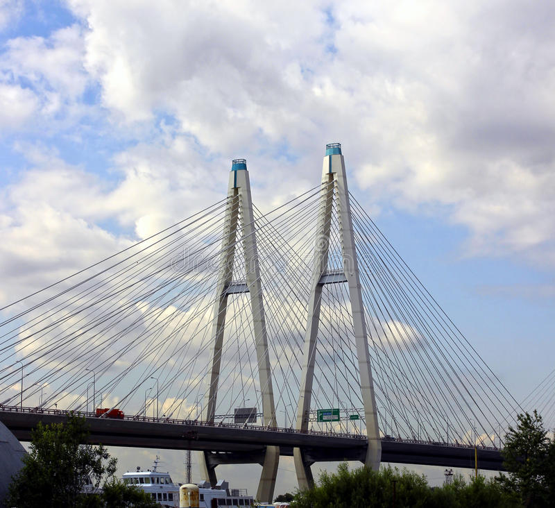 Grande ponte strallato di Obukhov attraverso Neva River in st P fotografia stock