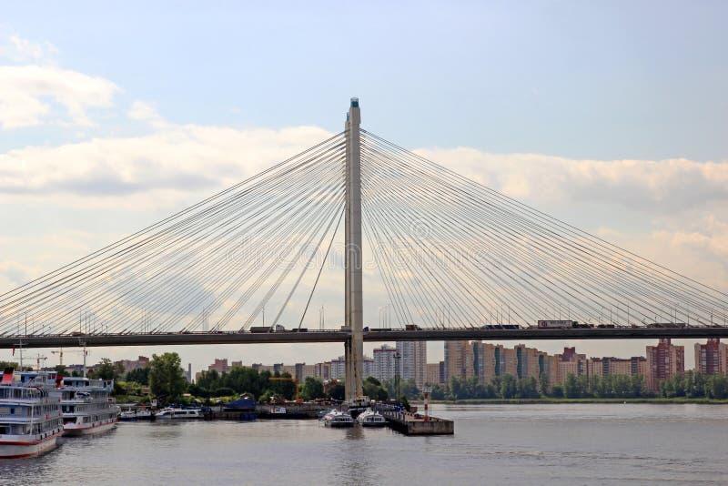 Grande ponte strallato di Obukhov attraverso Neva River in st P fotografie stock