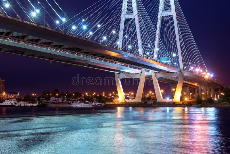 Grande ponte strallato di Obukhovsky, fiume di Neva immagine stock
