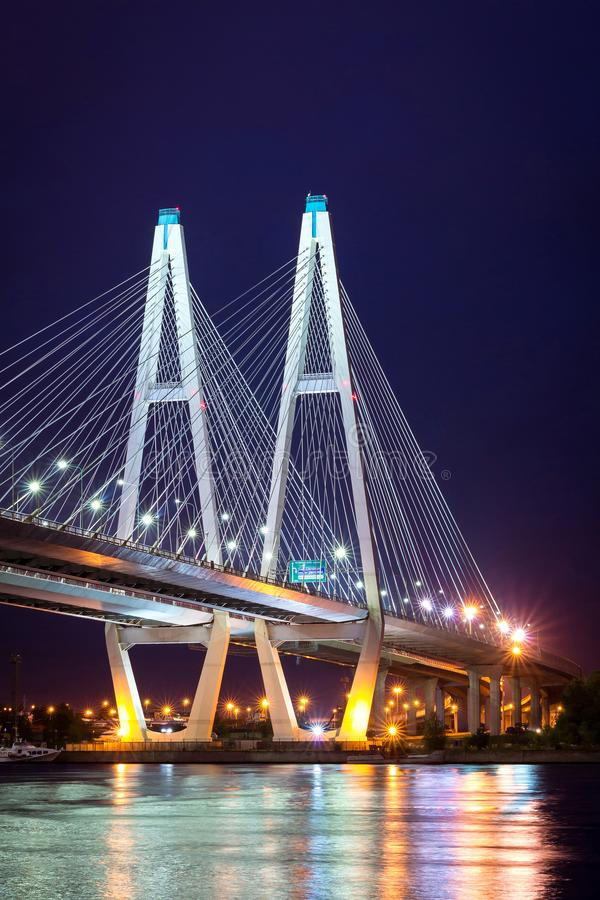 Grande ponte strallato di Obukhovsky, fiume di Neva fotografia stock