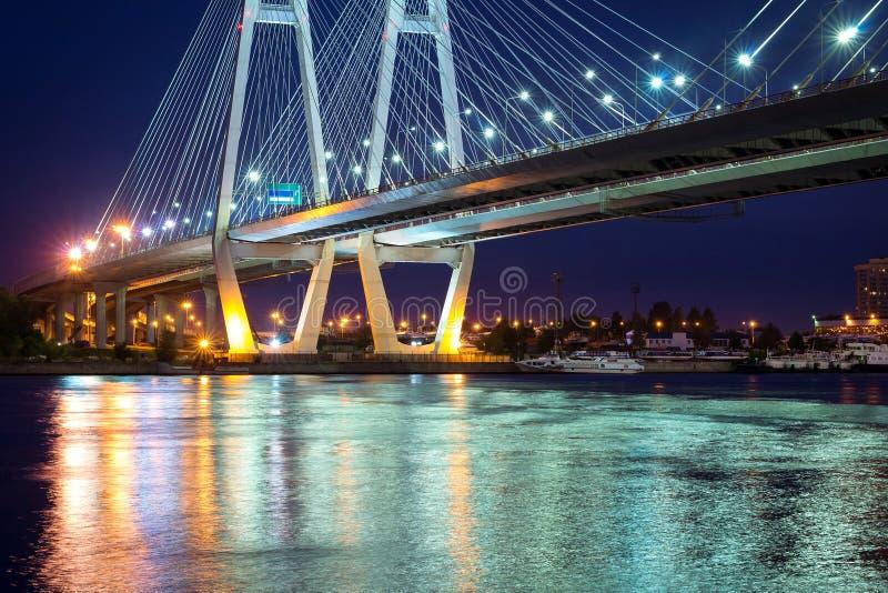 Grande ponte strallato di Obukhovsky, fiume di Neva immagine stock libera da diritti